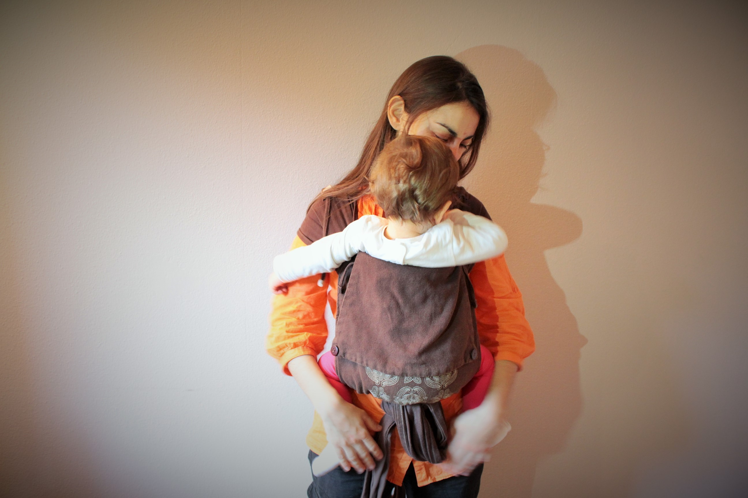 b4f826e64956 Situé à mi-chemin entre l écharpe et le porte-bébé préformé, le porte-bébé  asiatique (aussi appelé mei tai), permet d allier la proximité et le  confort de ...
